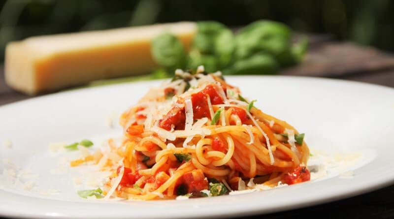Špagety s rajčatovou omáčkou a parmazánem